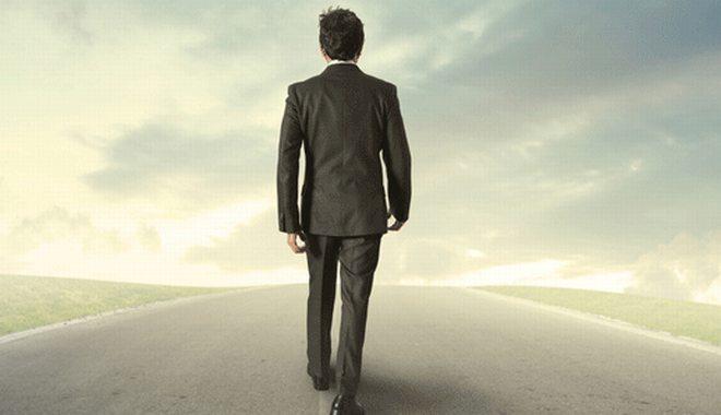 uomo cammina a piedi asfalto - L
