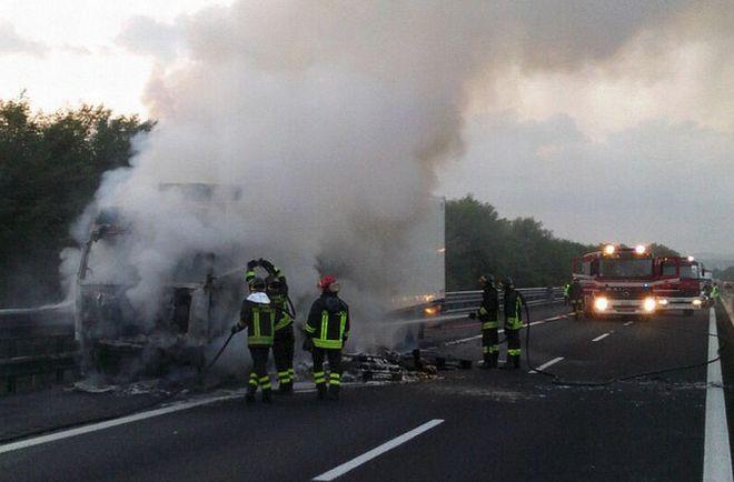 Tortona, camion a fuoco sull' A/7, intervengono i pompieri