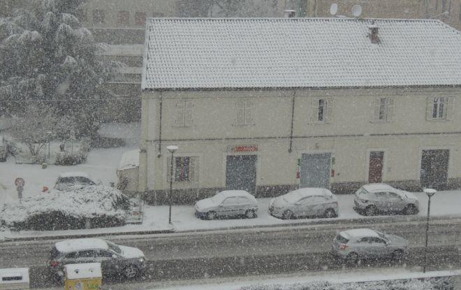 Nevica, le auto già cariche di neve a passo d'uomo