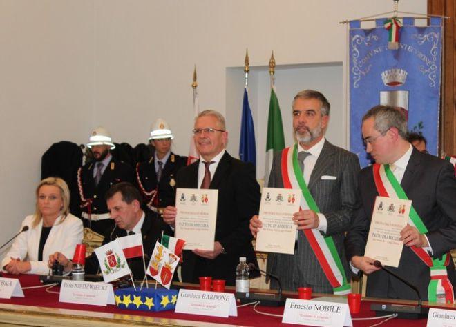 Un patto di amicizia tra sindaci siglato a Tortona