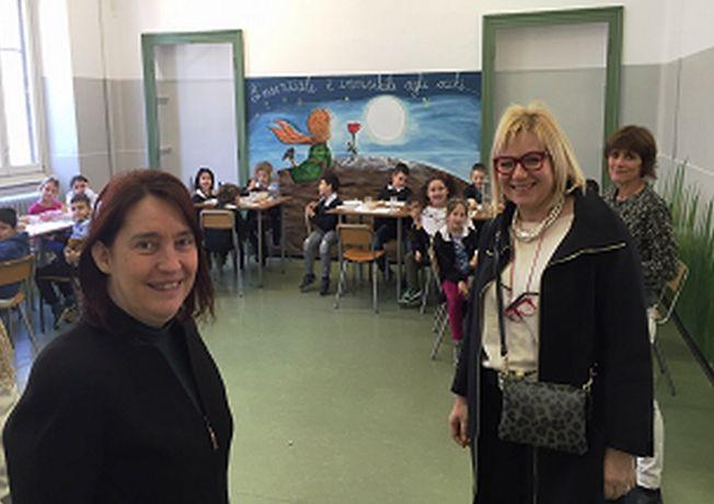 Rita Rossa visita il refettorio alla scuola Galilei