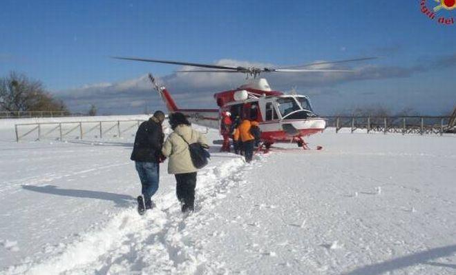 Giovani escursionisti bloccati nella neve sul Giarolo e salvati dai pompieri di Tortona