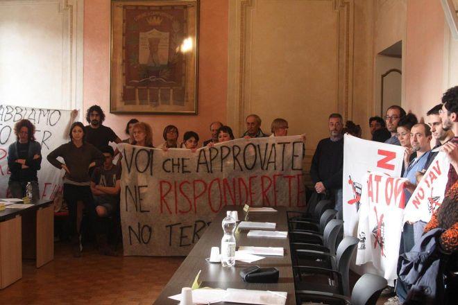I No Tav protestano e bloccano il Consiglio Comunale a Novi che viene sospeso