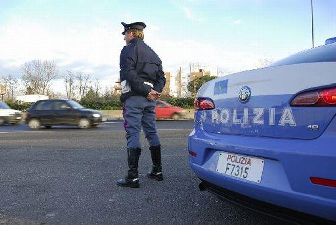 A Casale Monferrato uno straniero lancia una bottiglia contro una vetrina e viene arrestato