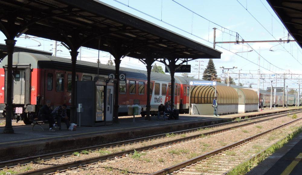 Giovane di 19 anni si suicida sotto un treno alla stazione di Tortona