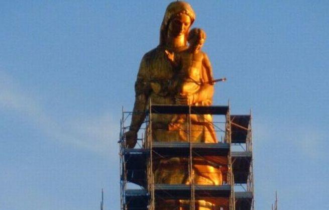 La Madonna della Guardia imbragata, iniziati i lavori di indoratura della statua