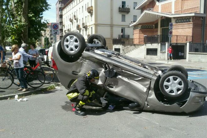 Incidente in Spalto Gamondio ad Alessandria con auto ribaltata e due feriti