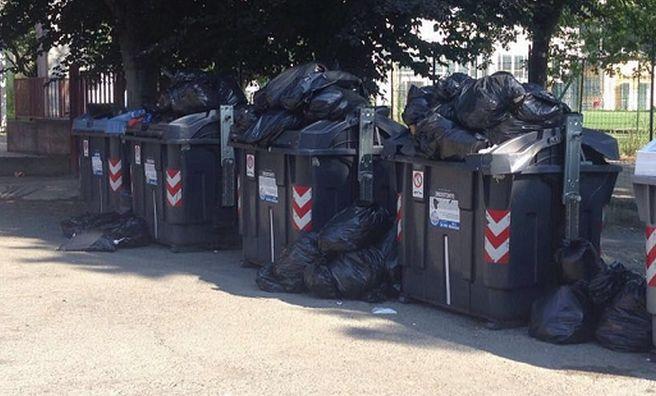 Barosini segnala sacchi di pannoloni usati da giorni in via Tortona ad Alessandria
