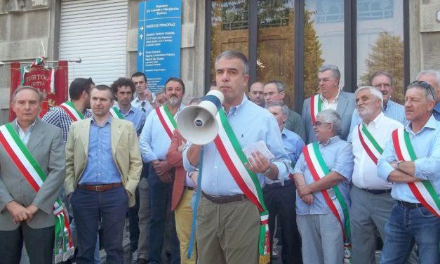I sindaci rassegnati davanti all'ospedale di Tortona sono l'emblema di un 2016 bisesto e funesto che non ha portato nulla di buono