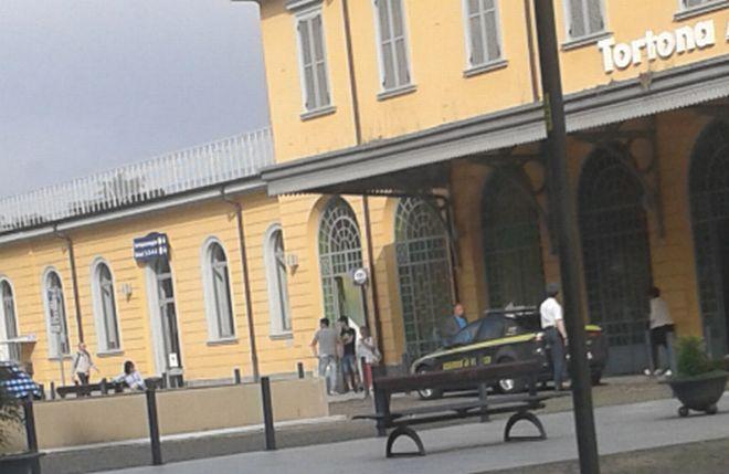 Parapiglia di fronte alla stazione di Tortona fra due italiani che si picchiano per una ragazza. Intervengono i Carabinieri