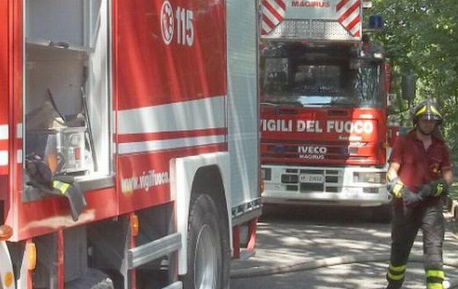 """I Vigili del fuoco di Tortona lavorano 4 ore per spegnere un incendio sulla """"Bretella"""" chiusa al traffico"""