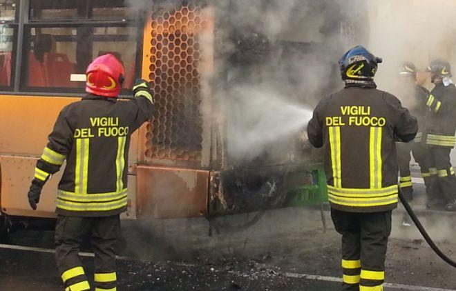 Voghera, autobus a fuoco in pieno centro, paura per i passeggeri