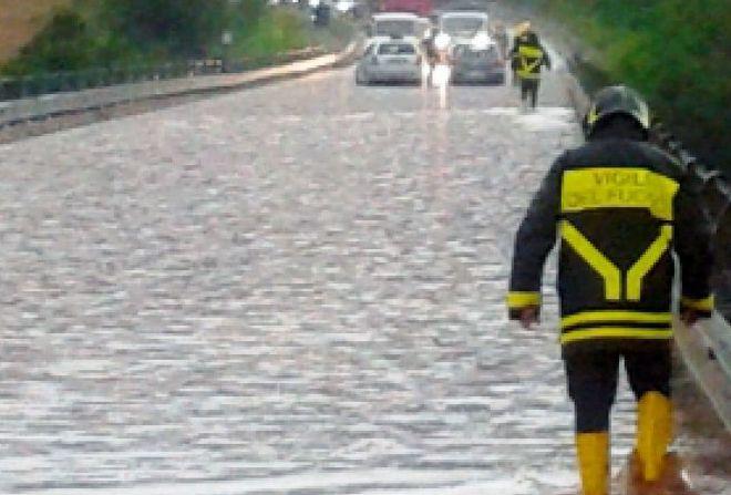 Bimbo tortonese di 3 anni salvato da un giovane e dai pompieri dall'auto piena d'acqua