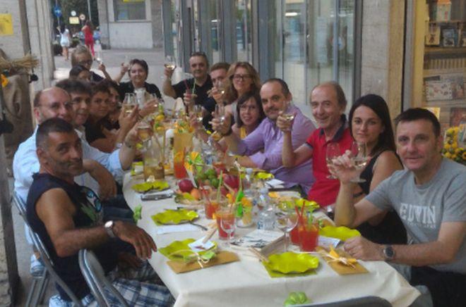 Tortona, i commercianti di Largo Borgarelli cenano in strada per ravvivare il centro storico