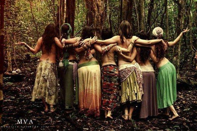 Le donne in cerchio attirano una  forza di connessione tale che…