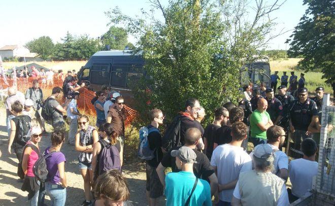 I No-Tav bloccano un esproprio a Pozzolo Formigaro contro decine di poliziotti