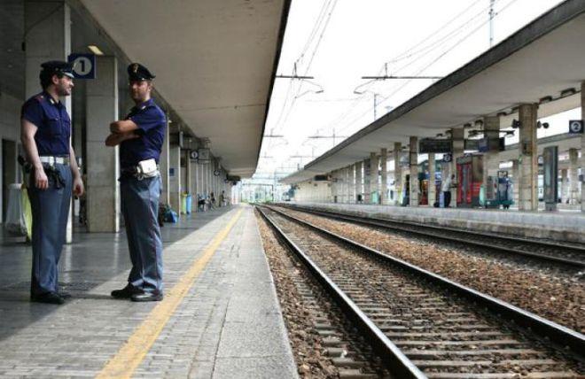 La Polfer di Alessandria salva due giovani che camminavano sui binari e stavano per essere investiti dal treno