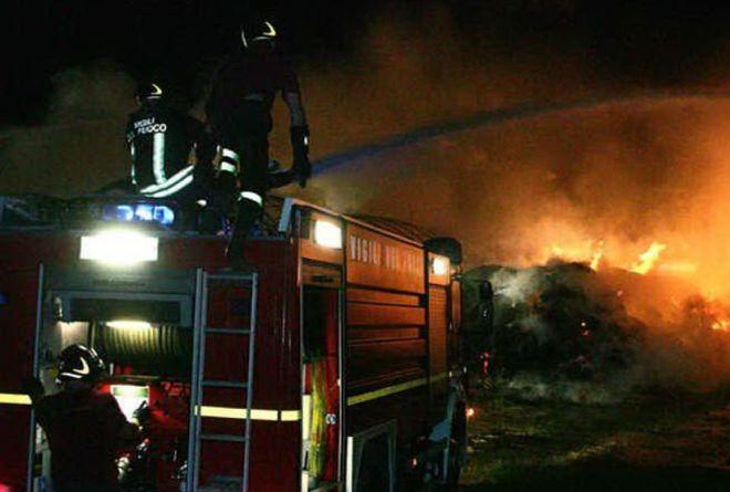 Incendio in un rustico a Camagna Monferrato, 4 squadre dei pompieri sul posto