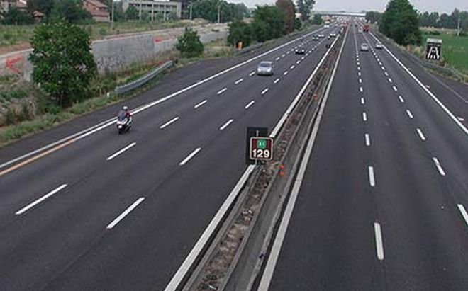 Contromano in autostrada per raggiungere la fidanzata in panne