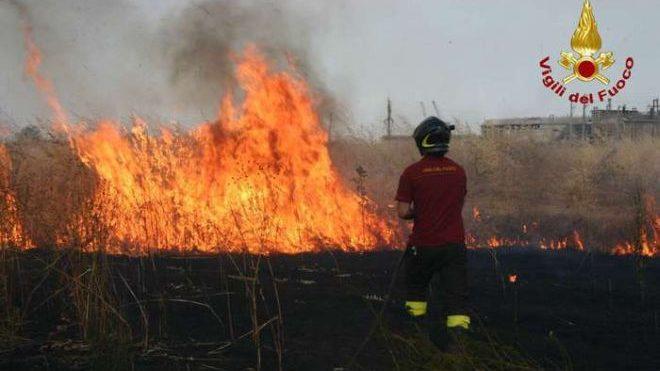 Maxi incendio alla periferia di Tortona chiusa la ex statale a Torre Garofoli