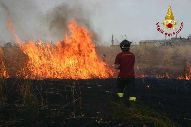 Costarainera, incendio vicino al paese, i Vigili del Fuoco salvano un garage dalle fiamme