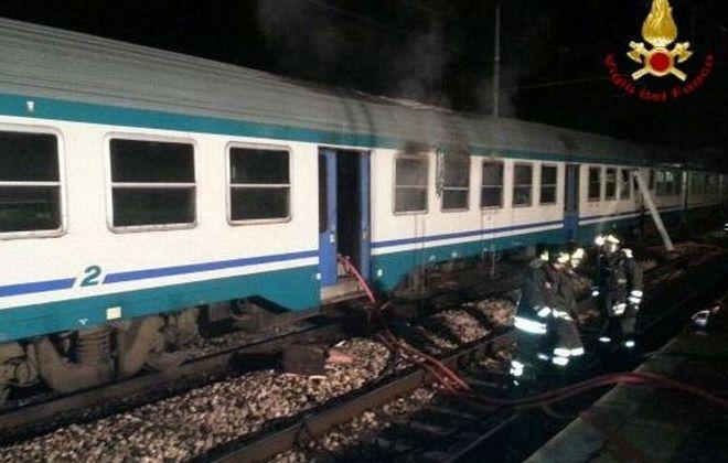 Tre carrozze in fiamme di un treno fermo alla stazione di Alessandria