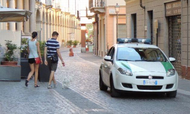 Tortona, attraversa col rosso, sgridato da un automobilista lo picchia e gli spacca il parabrezza. Individuato dai Vigili