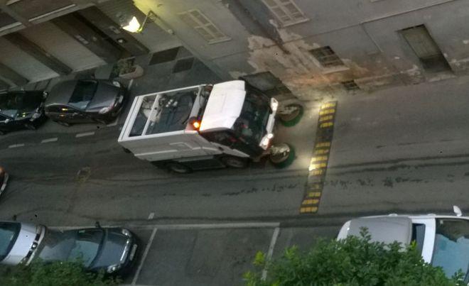 A Tortona pulire le strade è impossibile perché i residenti lasciano l'auto in sosta e multe non se ne fanno
