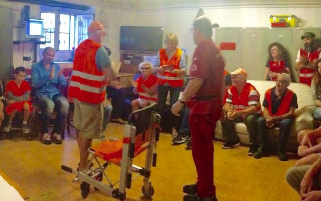 I cinghialisti di Diano Serreta regalano una portantina alla Croce Rossa