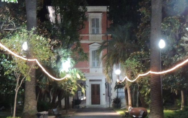 Diano Marina aggiusta i lampioni nel parco della sala mostre