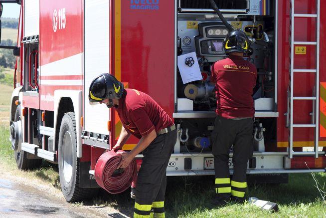 Sanremo, a fuoco a un cassonetto di rifiuti, le fiamme lambiscono i tubi del gas ma i pompieri scongiurano ogni pericolo