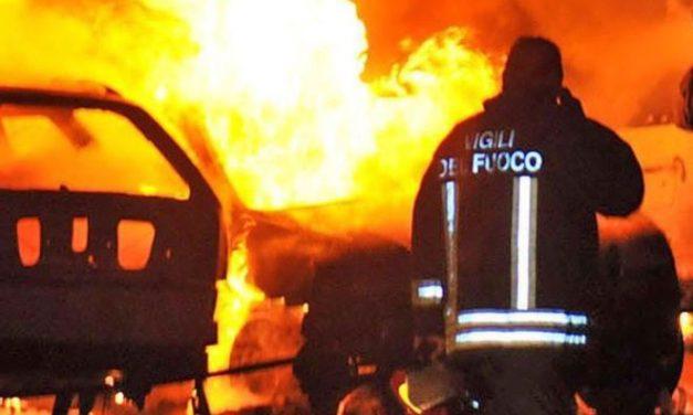 Paura nella notte a Tortona per tre auto a fuoco di cui una a gas
