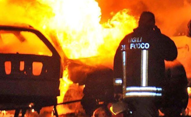 Tragedia sfiorata a Sanremo per un incendio doloso a due auto parcheggiate in corso Garibaldi 123.
