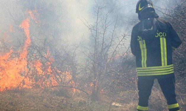 Brucia la campagna tortonese e torna l'incubo del piromane a Viguzzolo. Grave incendio anche a Denice