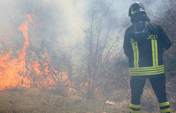 Incendio di sterpaglie alla periferia di Viguzzolo domenica pomeriggio