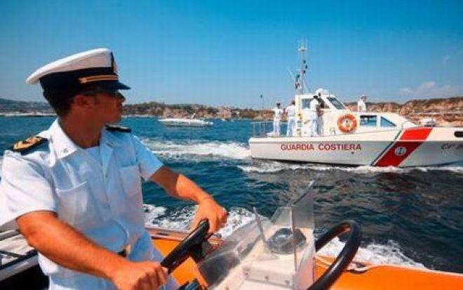 Sotto gli occhi dei bagnanti si rovescia una barca a Diano Marina, cinque persone tratte in salvo dalla Capitaneria