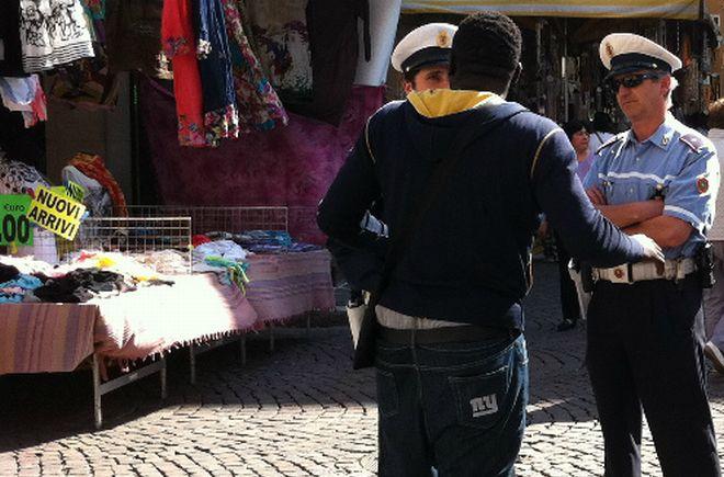 La Polizia Municipale di Diano Marina allontana cinque mendicanti che creavano problemi al mercato
