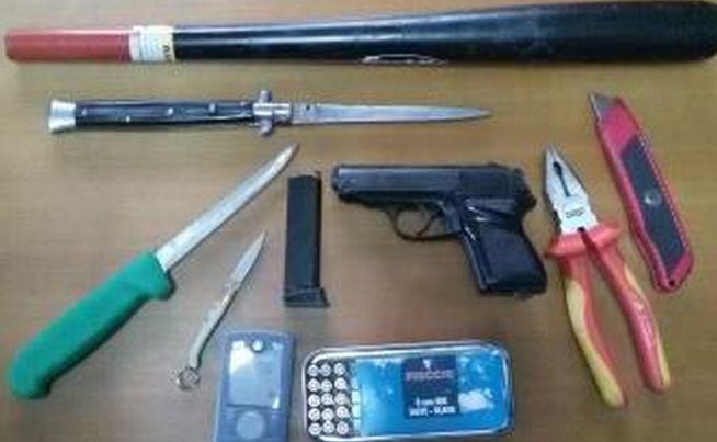 Bosco marengo, in auto con questo arsenale di armi, denunciato un italiano