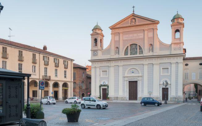 Il Duomo di Tortona usato come bivacco per mendicanti e nessuno dice nulla, perché?
