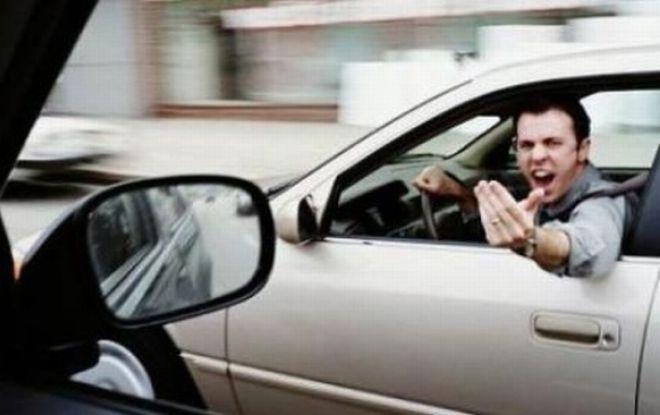Furibonda lite fra due automobilisti ad Alessandria, un uomo e una donna
