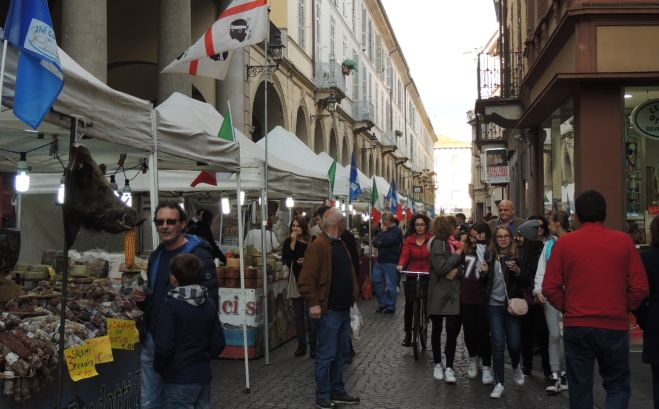 Tortona, tanta gente al mercatino dei prodotti tipici regionali in città fino a domenica.
