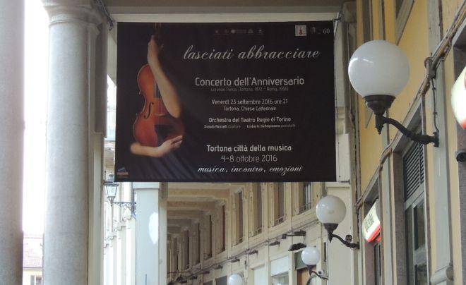 """""""Lasciati abbracciare"""". Così Tortona ha aperto la """"Città della musica"""" e stasera c'è il concerto interculturale"""