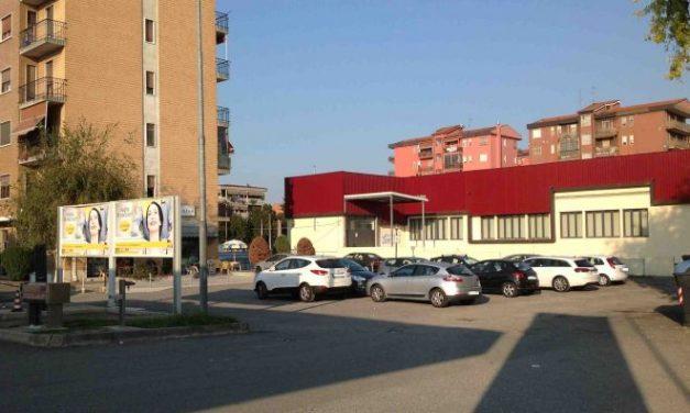 Ad Alessandria c'è una piazza abbandonata con buche e parcheggi selvaggi