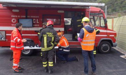 Si rovescia un camion alla periferia di Tortona, chiusa la statale per alcune ore