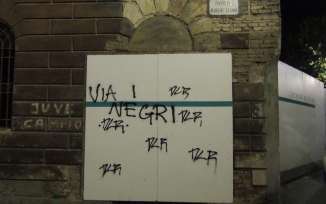 Vergognose scritte razziste a Tortona, così non va. Non è colpa loro se sono qui