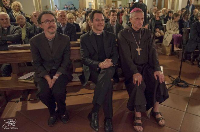 Vittorio Viola vescovo atipico che cammina scalzo e veste come San Francesco