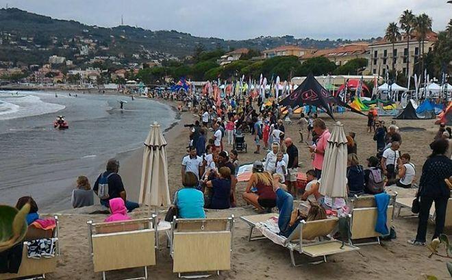 Il tempo così-così non scoraggia la gente: il Windfestival di Diano Marina è un successo