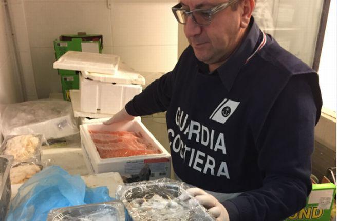 La Capitaneria di Porto di Imperia sequestra 100 Kg di pesce non tracciato in un ristorante