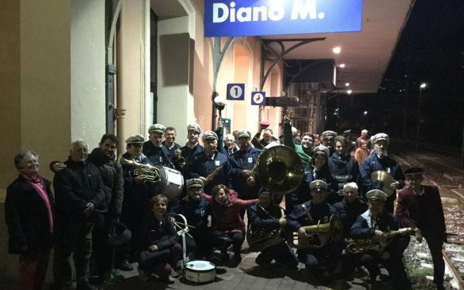 La banda musicale di Diano Marina ha salutato l'ultimo treno in partenza dalla stazione, che chiude definitivamente