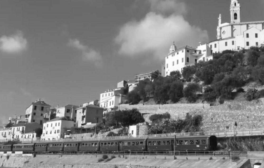 Foto d'epoca a Cervo col treno che transita sotto il borgo. In realtà l'immagine è di oggi, 1° novembre 2016